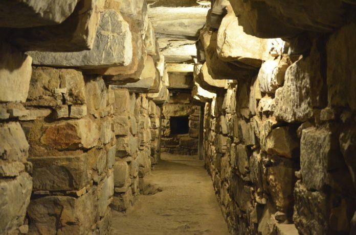 Túnel bajo tierra en complejo arqueológico chavín de huántar
