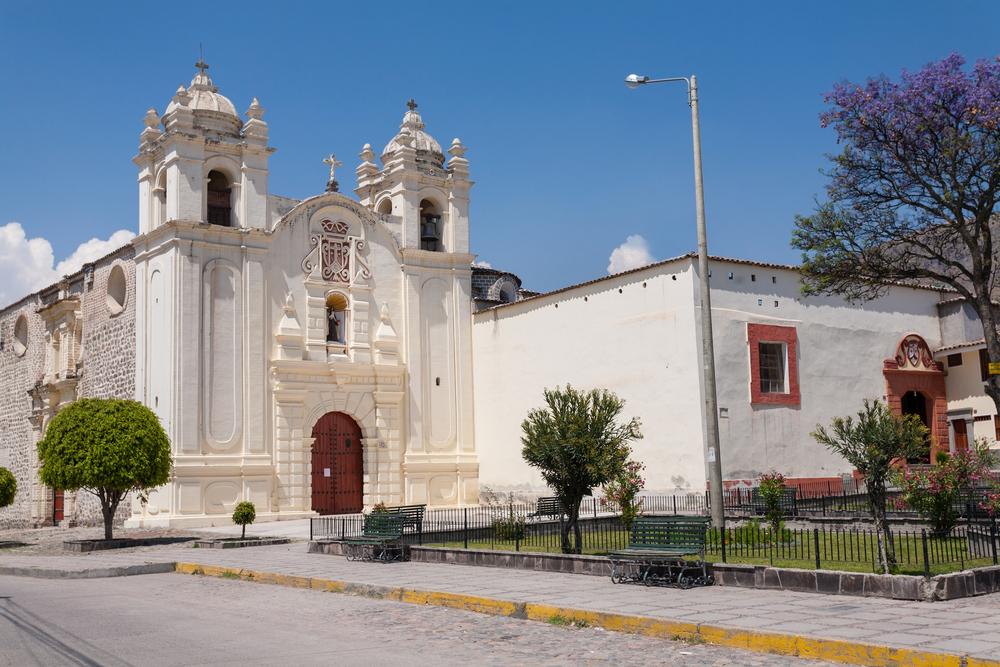 iglesia color blanco bajo cielo despejado