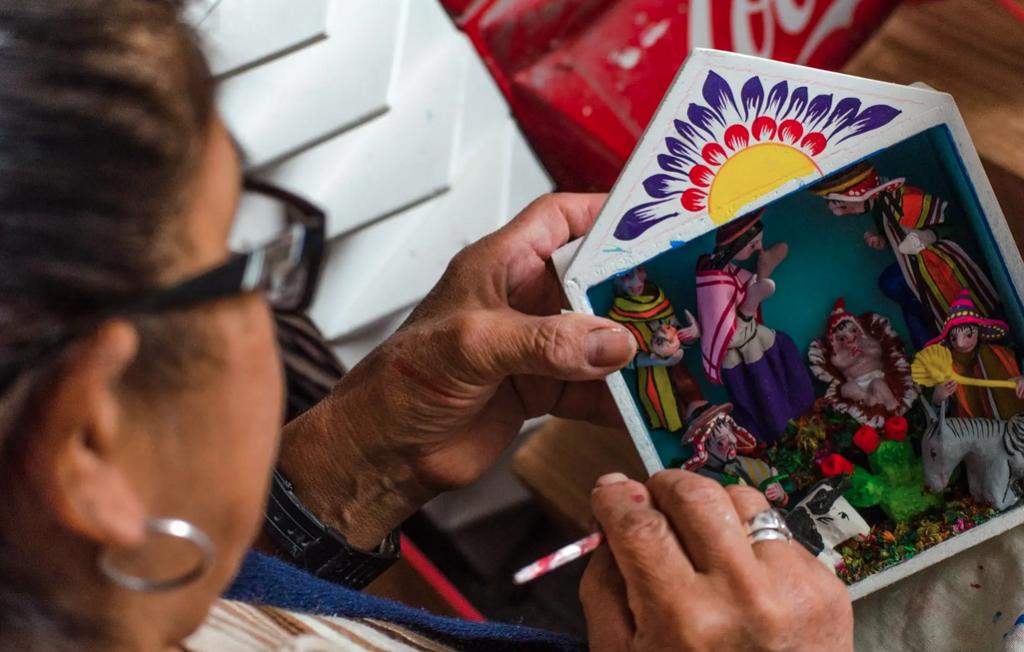 Señora trabajando en artesanía durante semana santa en ayacucho