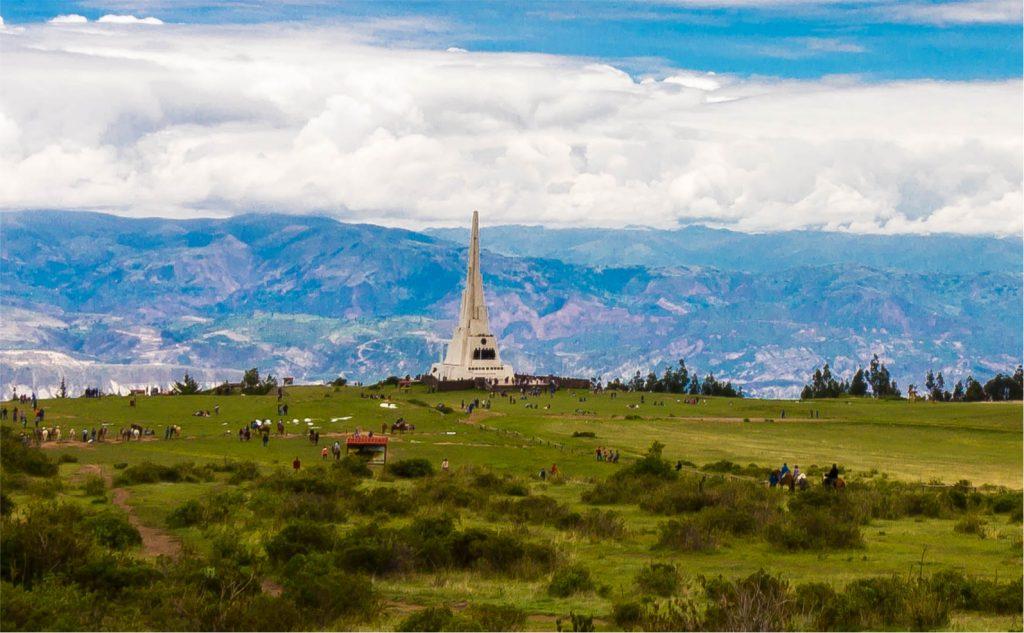 Obelisco blanco en medio de planicie durante semana santa en ayacucho
