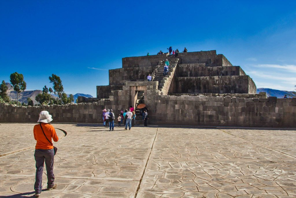 Turistas frente a pirámide ince durante semana santa en ayacucho