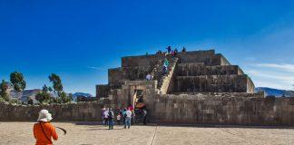 Turistas frente a pirámide ince