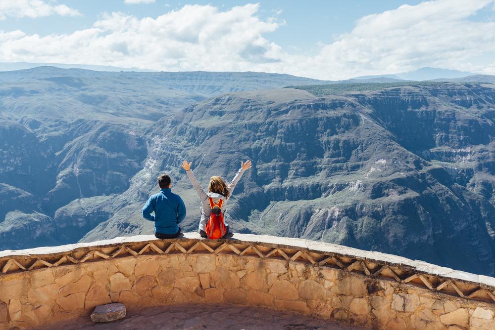 Dos viajeros observando cañón en chachapoyas
