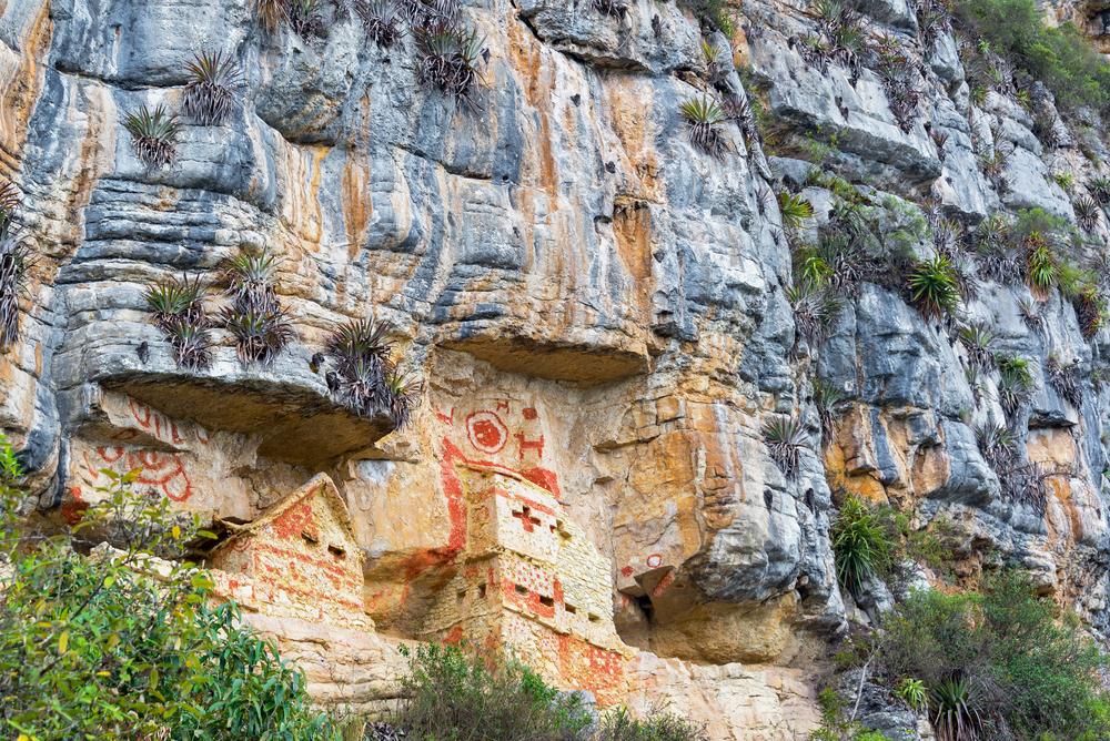 Mausoleos incrustados en la montaña en chachapoyas