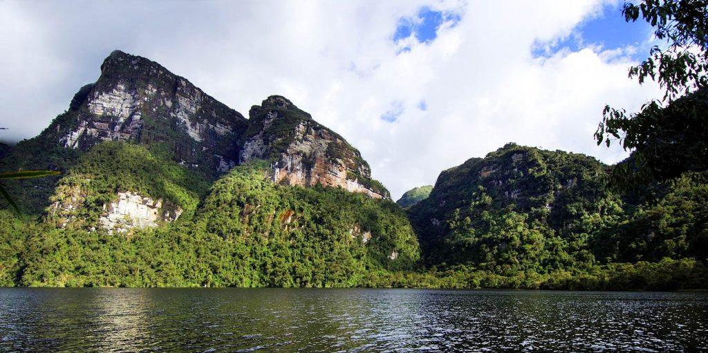Laguna en el amazonas rodeada de montañas