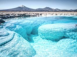 Laguna color turquesa enmedio del desierto en uno de los mejores lugares de Sudamérica