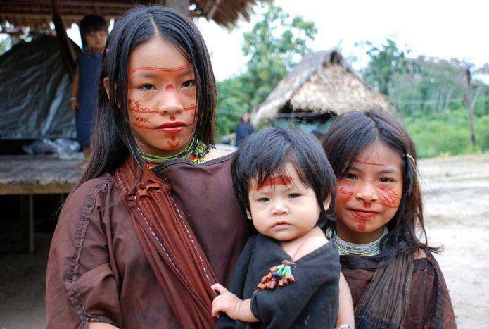 Integrantes de comunidad nativa en el amazonas peruano