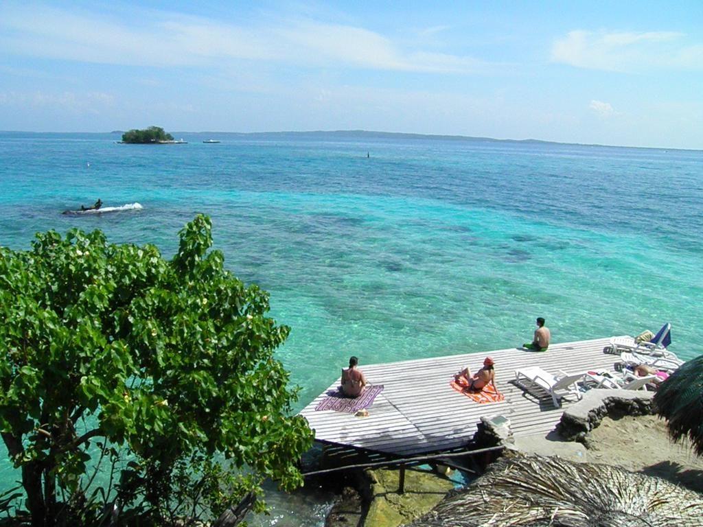 Turistas descansan frente a la playa en Islas de Cartagena
