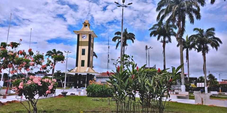 Plaza central de puerto maldonado en la selva perú