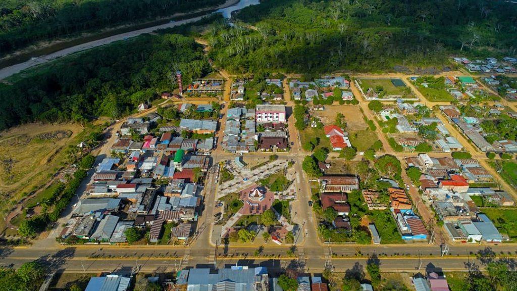 Vista aerea de una ciudad en la selva
