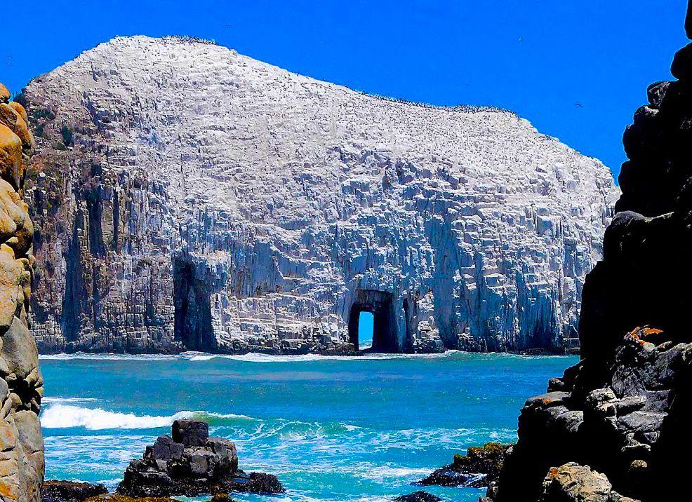Gigante formación rocosa en el mar