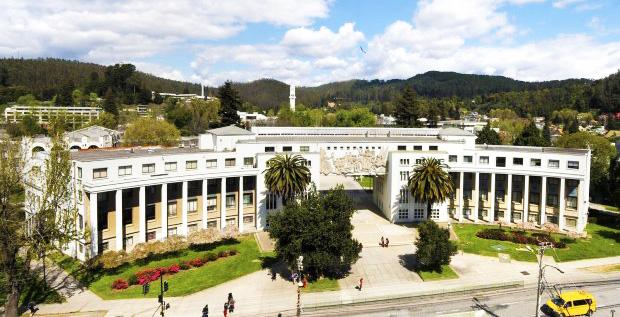 frontis de universidad de muros blancos