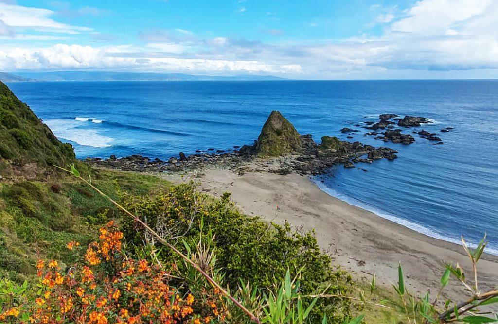Punta rocosa frente a la playa