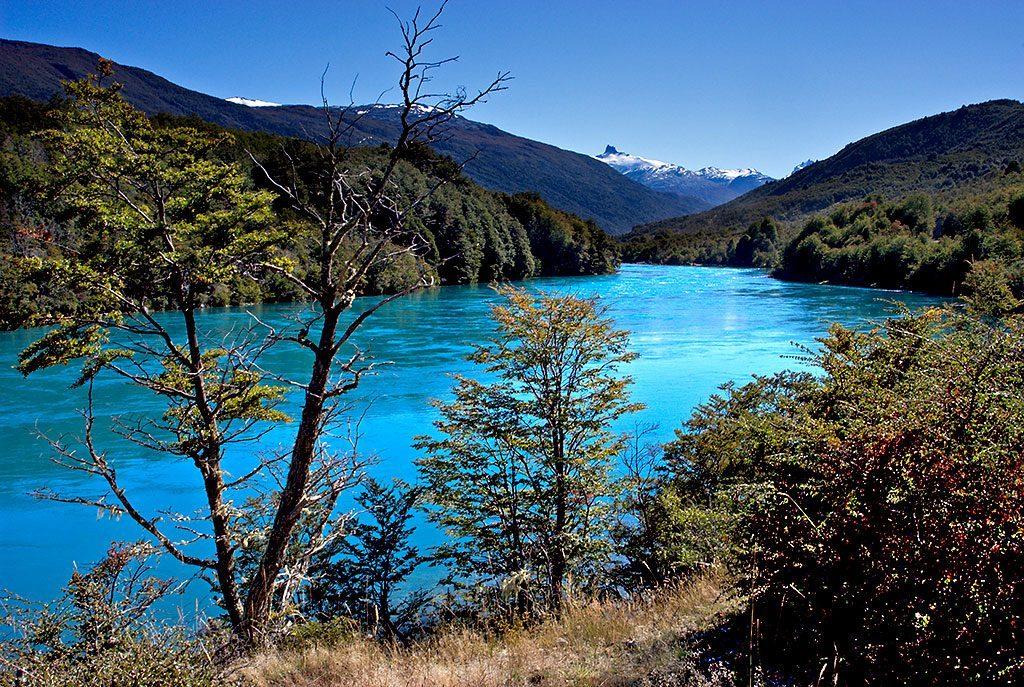 Río de color turquesa en patagonia chilena