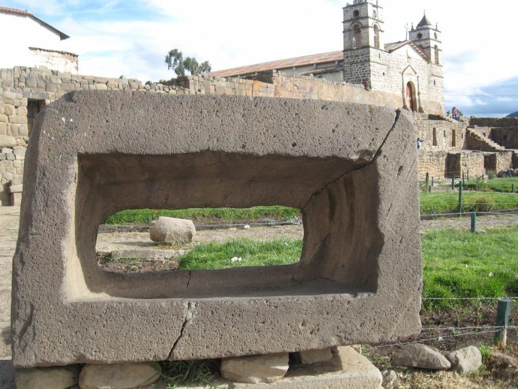 Piedra rectangular utilizada para sacrificios humanos en Vilcashuamán