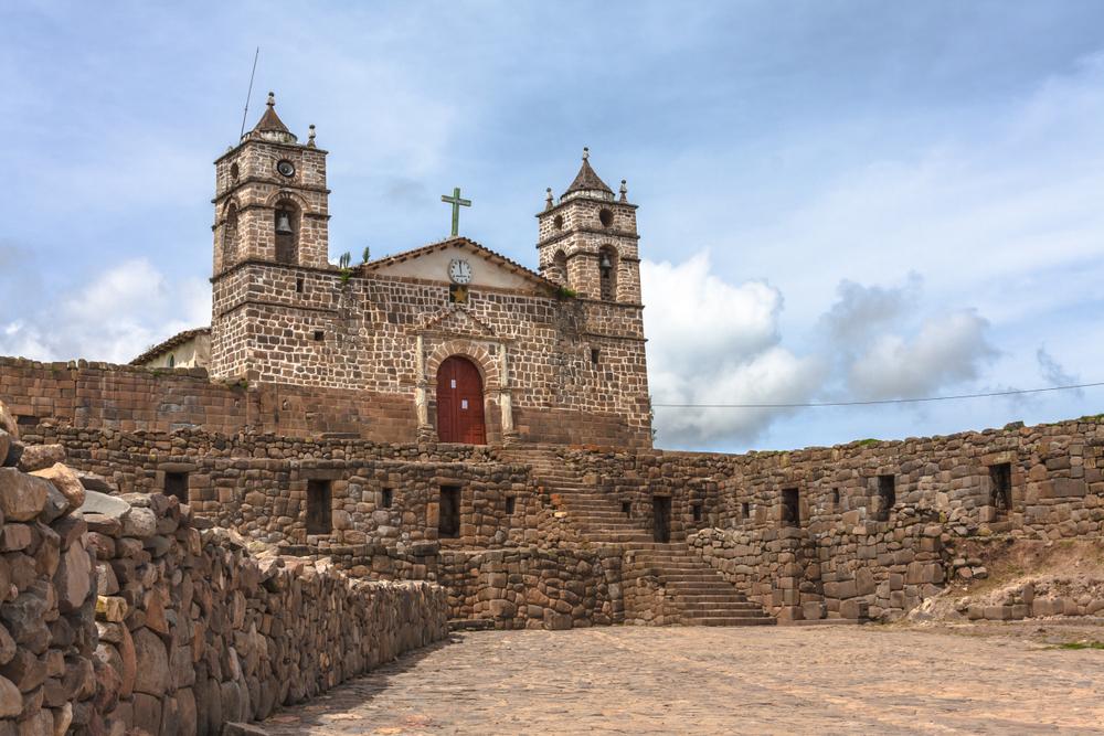 Iglesia sobre complejo arqueológico Inca