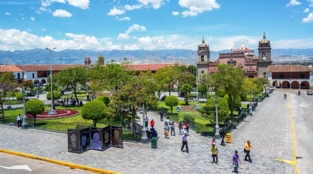 Gente caminando en la laza de armas de Ayacucho