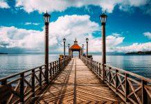 Muelle peatonal frente al lago
