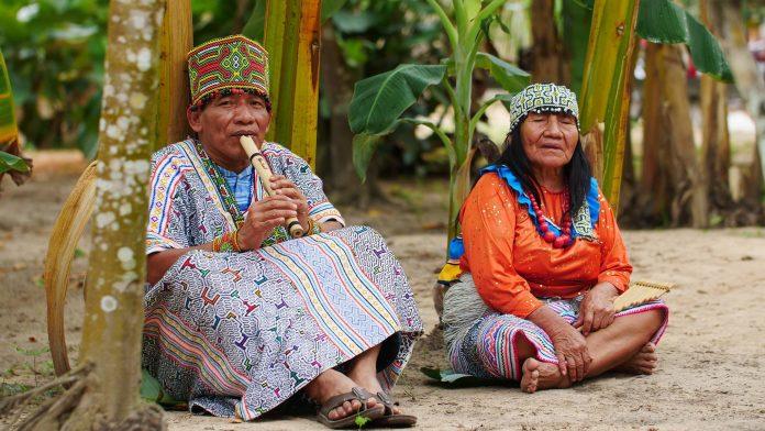 Miembros de la cultura shipibo sentados