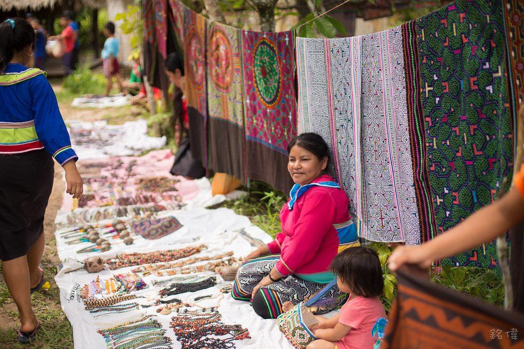 Mujer shipibo vende sus artesanías