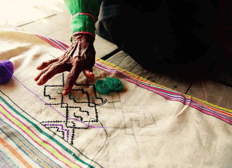 Artesana enseñando su trabajo artesanal shipibo