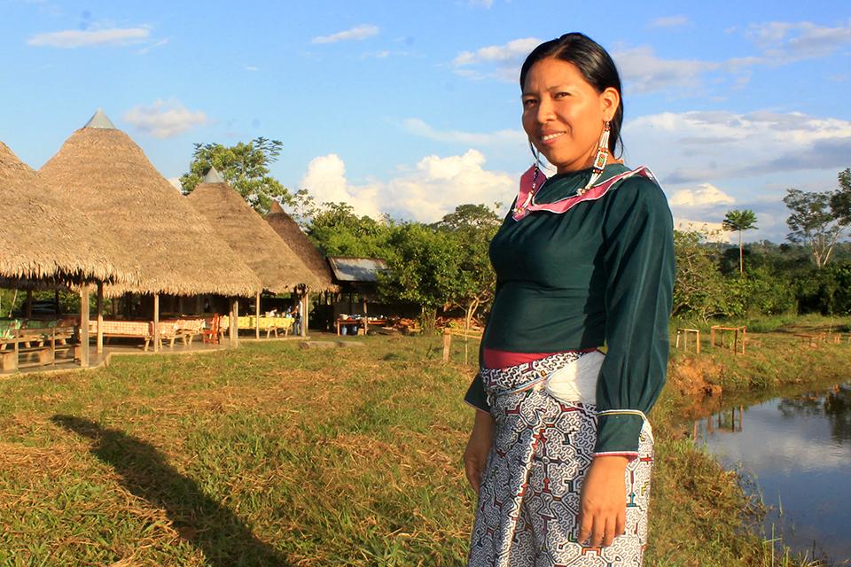 Mujer Shipibo frente a su comunidad