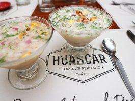 Dos copas de ceviche en un restaurante en lima