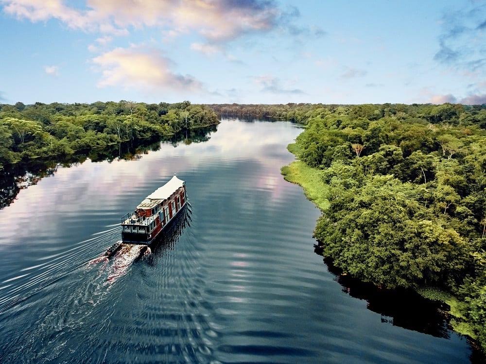 Crucero navegando por el amazonas peruano