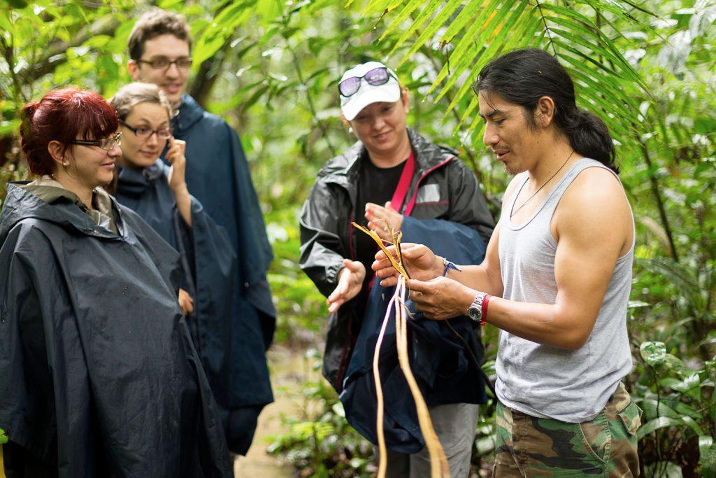 Guía junto a grupo de viajeros en selva peruana