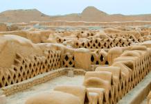 complejo arqueológico de adobe en chan chan perú