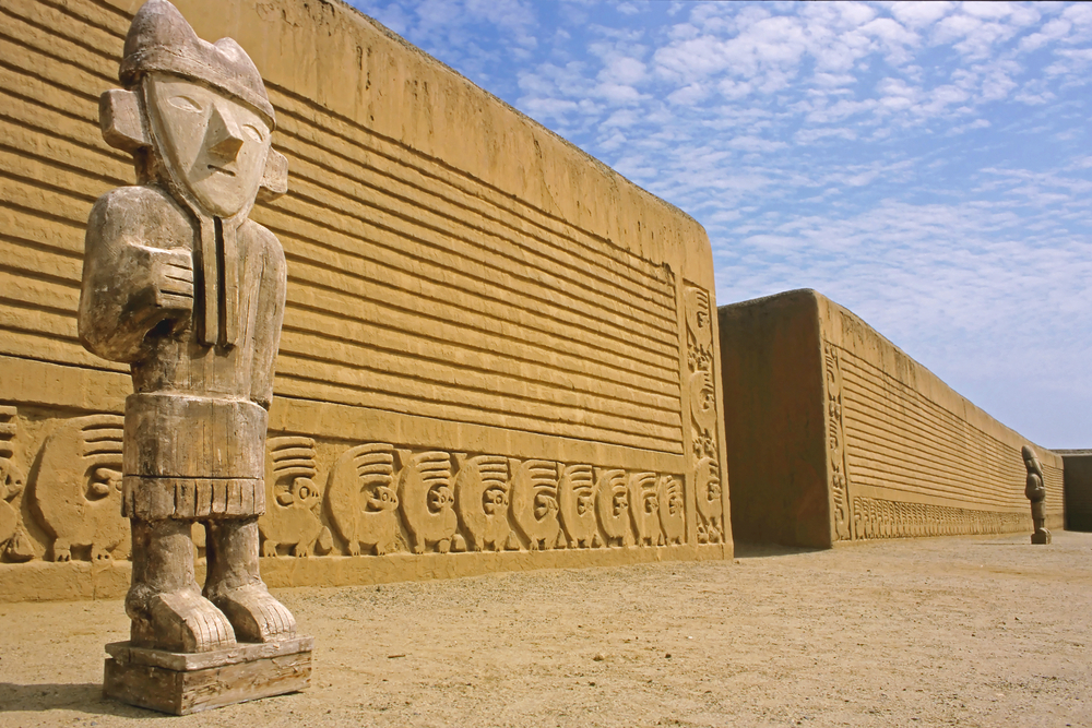 Monolito frente a complejo arqueológico de adobe