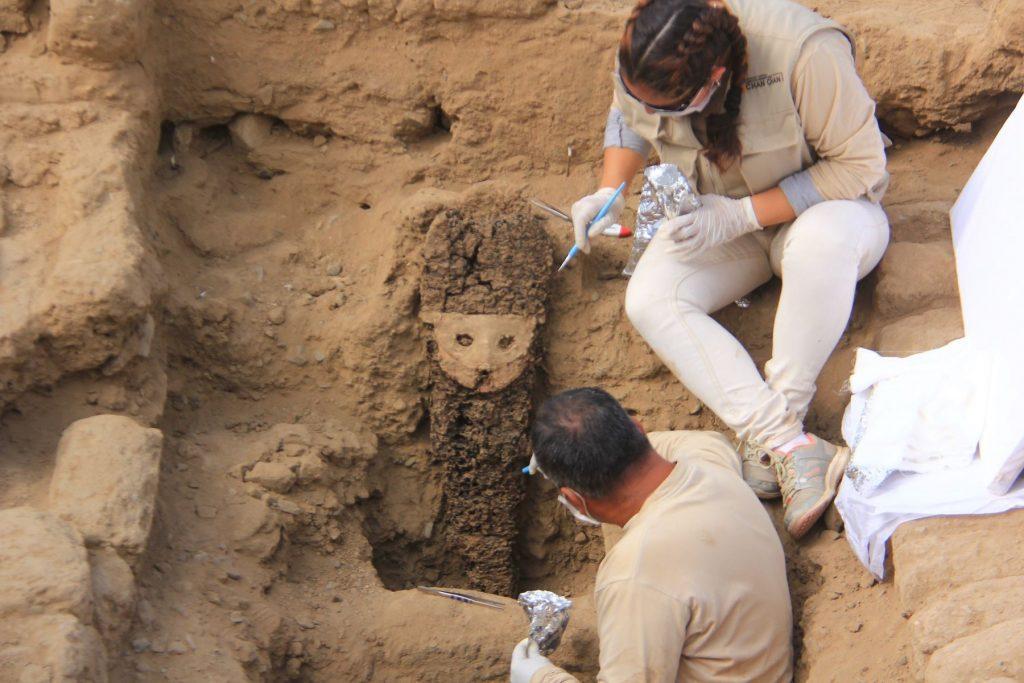 Arqueólogos limpian ídolo de madera y cerámica en chan chan