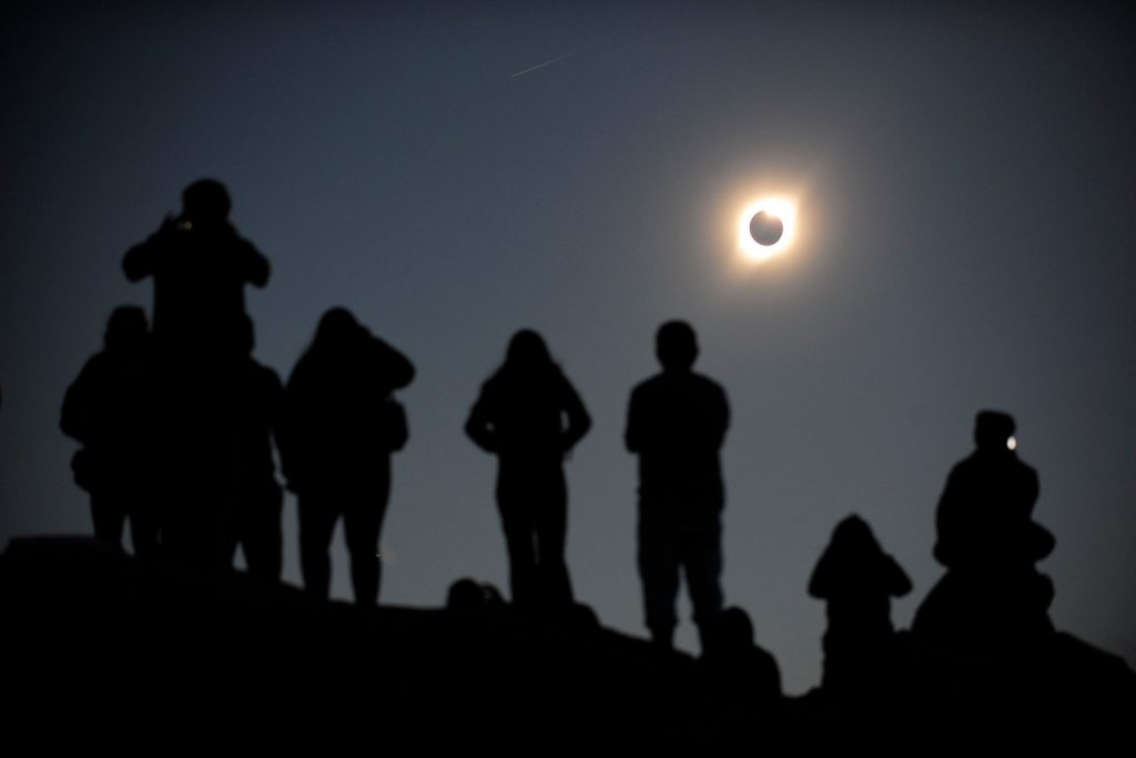 Grupo de personas observando eclipse solar total