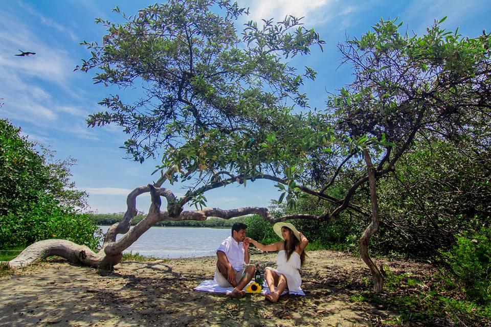 Pareja disfrutando de manglares de vice en Perú