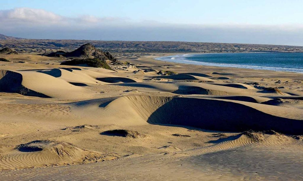 Dunas y desierto frente al mar