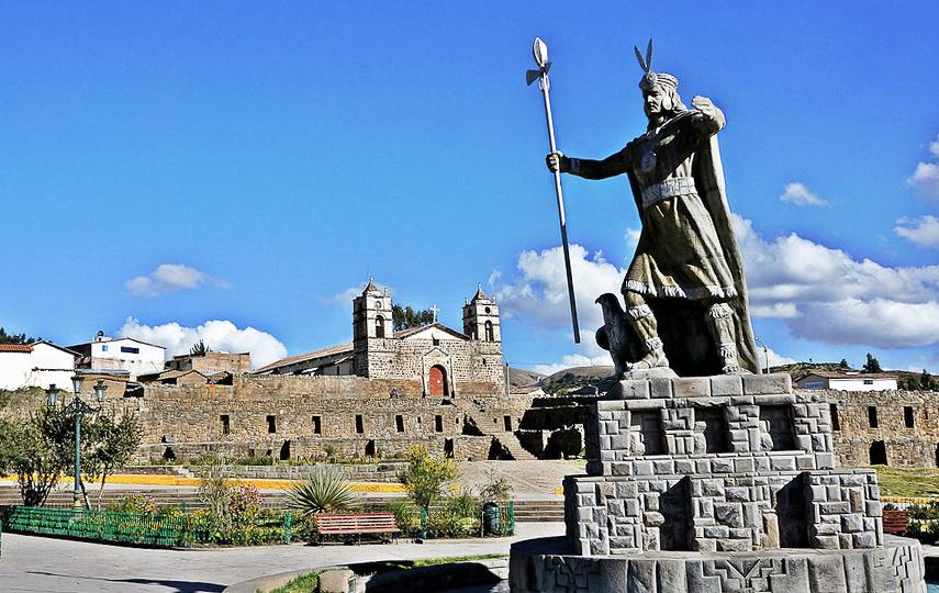 Estatua del Inca Pachacutec en complejo Vilcashuamán