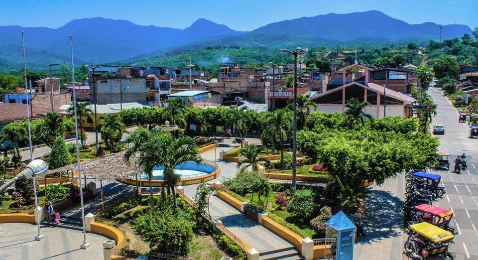 Plaza de ciudad cerca de la selva peruana en tarapoto