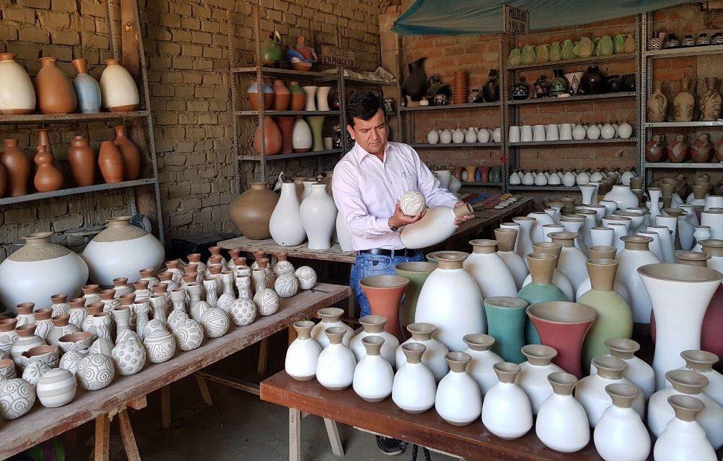 Ceramista en su taller en Piura