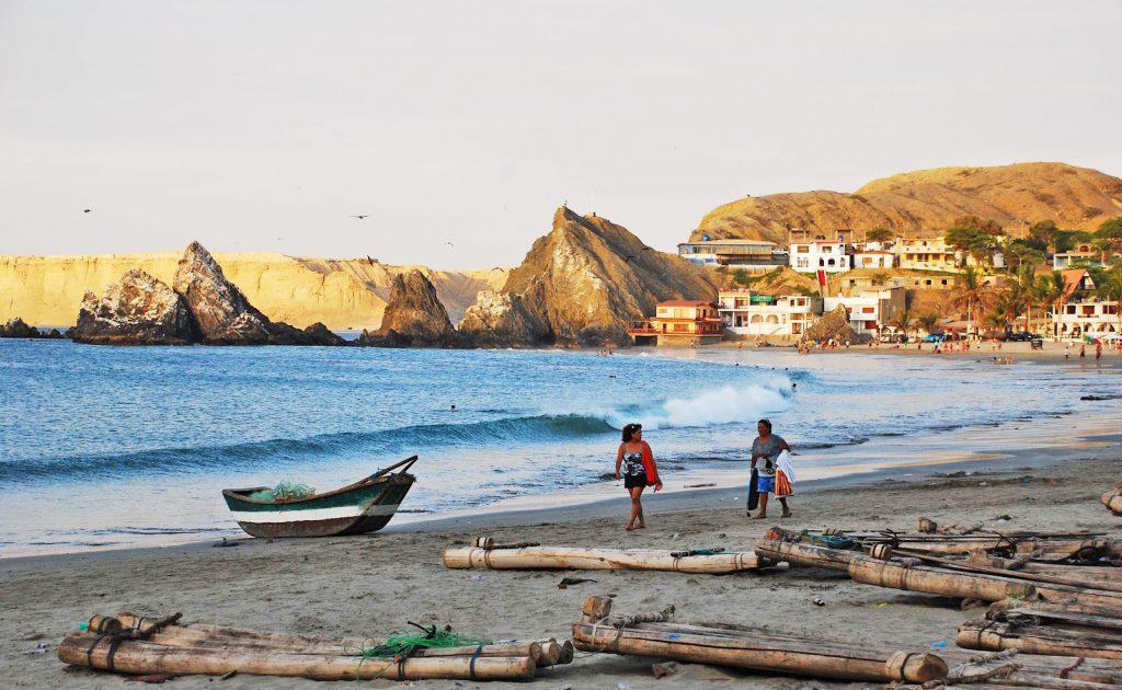 Personas caminando en playa de Piura al atardecer