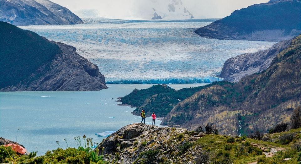Pareja en mirador pide matrimonio frente a glaciar