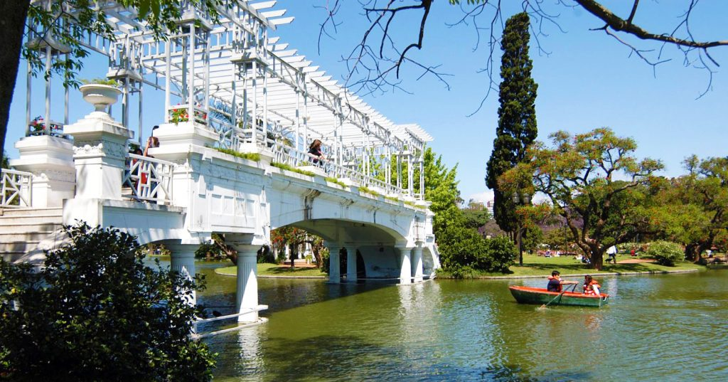 Puente colonial romántico sobre río