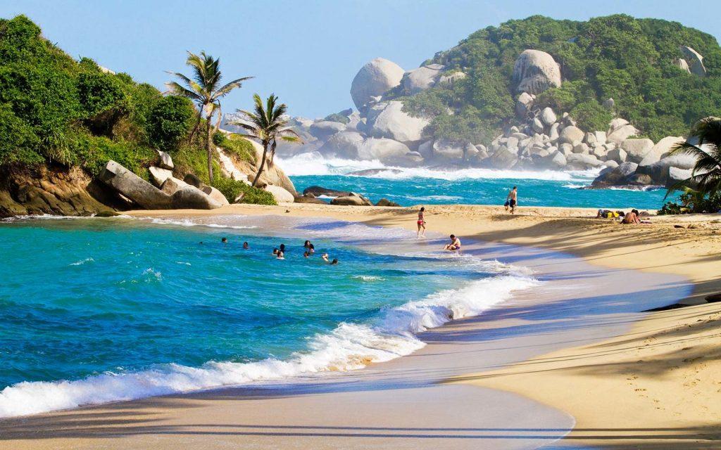 Playa paradisíaca con palmeras y rocas gigantes