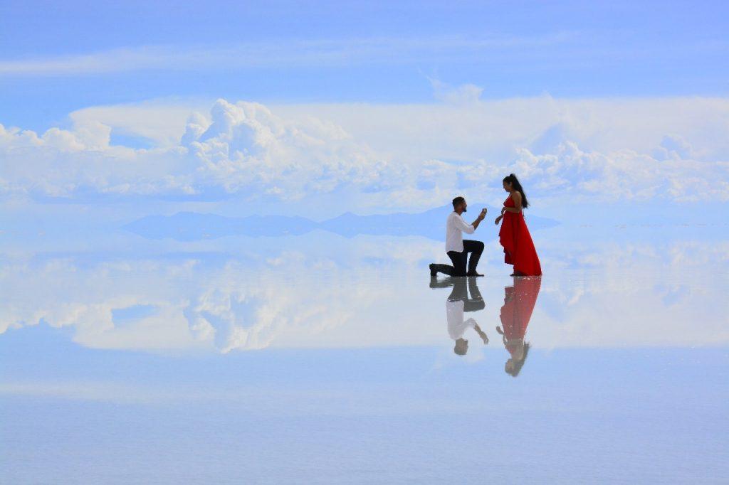 Pareja pide matrimonio en Salar de Uyuni