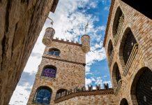 Castillo de ladrillos bajo cielo semi despejado