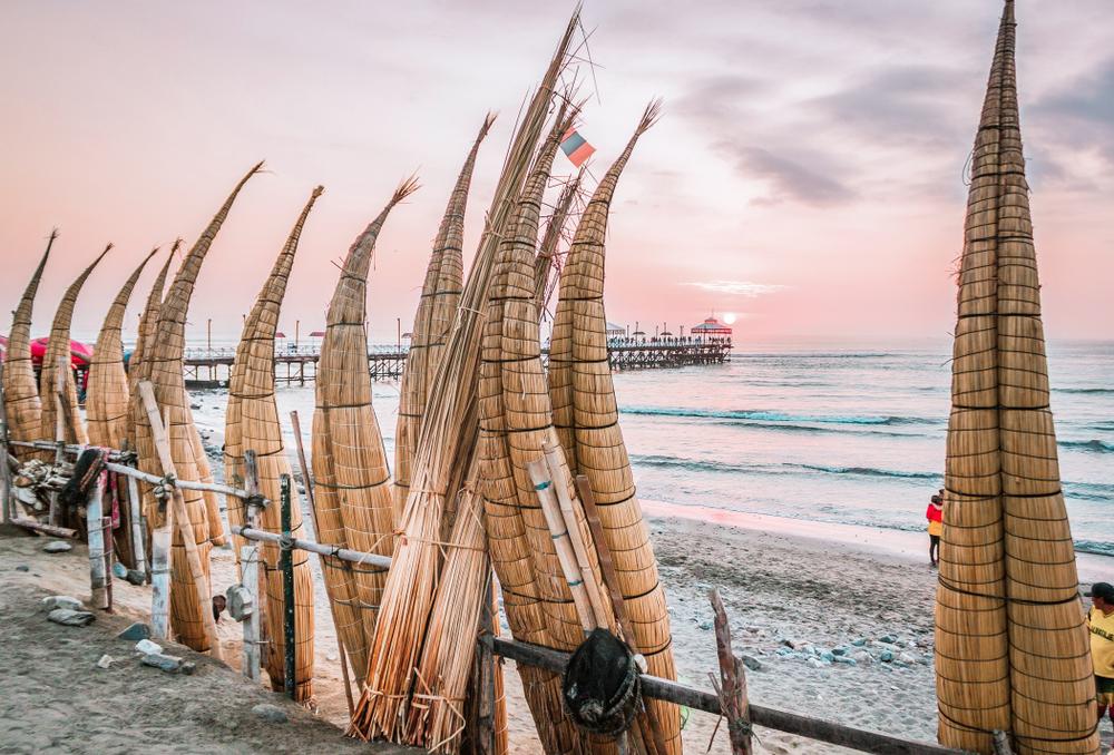 Caballitos de totora frente a playa en huanchaco