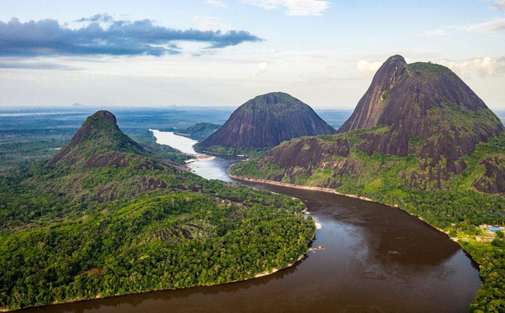 Tres imponentes cerros sobre un río