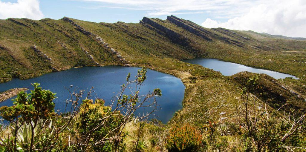 Dos lagunas bajo montañas en uno de los hermosos lugares en colombia
