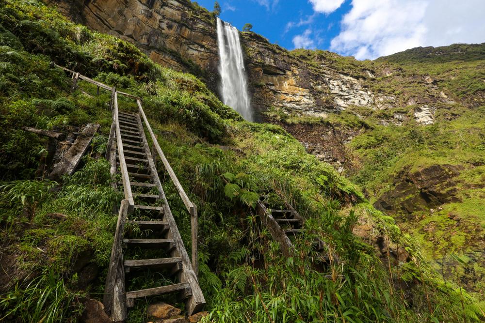 Escalera hacia la catarata de gocta en chachapoyas