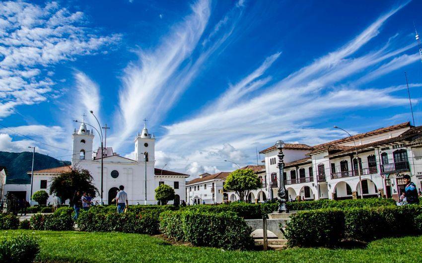 Construcciones coloniales en ciudad peruana