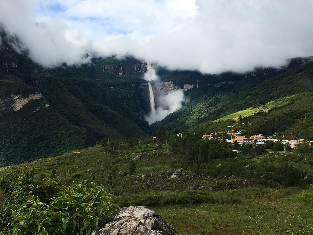 Pueblo en la selva peruana con catarata de fondo